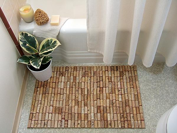 ที่รองกันลื่นในห้องน้ำ Upcycled-wine-cork-bath-mat