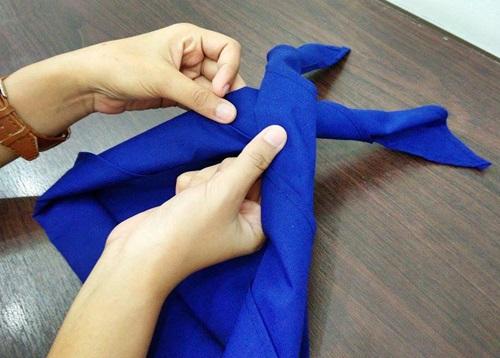 4 ขั้นตอน การผูกผ้าพันคอ ยุวกาชาด (แบบถูกต้อง) 5