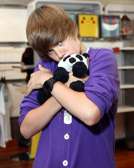 New York City - Sept. 1, 2009:  The Nintendo World Store hosts teen singing sensation Justin Bieber for an acoustic  mini-concert and autograph signing at their Rockefeller Center location.  PHOTO: Sara Jaye Weiss/StartraksPhoto.com   #Event/#Photo= 364323D730/364328BB001