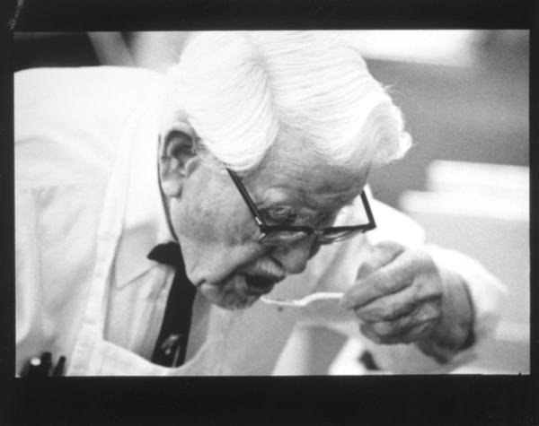 ภาพถ่ายปี 1970 ผู้พันแซนเดอร์ส กำลังทดสอบรสชาติของสูตรไก่ทอด KFC