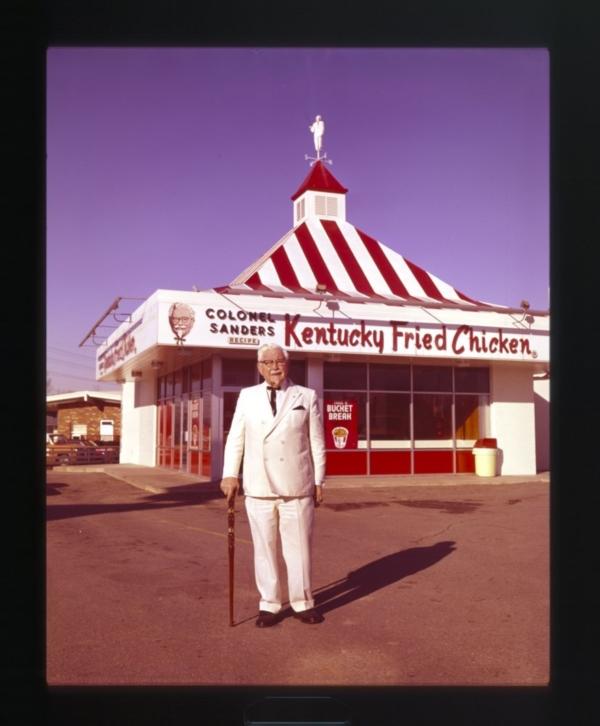 ภาพถ่ายปี 1960 ผู้พันแซนเดอร์สยืนอยู่หน้าร้าน KFC