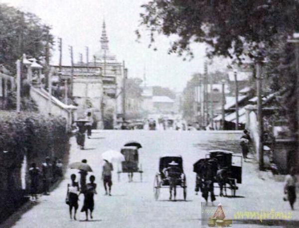 ถนนมหาไชย ช่วงหน้าวัดเทพธิดาราม และวัดราชนัดดารามก่อน พ.ศ. ๒๔๓๐