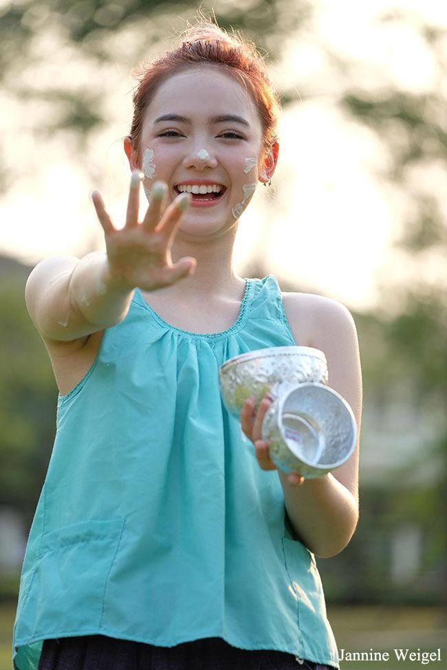 น่ารักแบบไทยๆ พลอยชมพู ใส่ชุดคอกระเช้าเล่นสงกรานต์ (2)