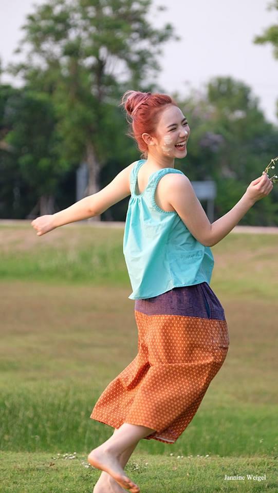 น่ารักแบบไทยๆ พลอยชมพู ใส่ชุดคอกระเช้าเล่นสงกรานต์ (8)