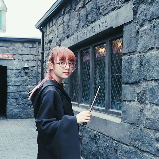 น่ารัก! พลอยชมพู ในลุคแม่มดสาววัยใส ใส่ชุดคลุม แฮรี่ พอตเตอร์ (2)