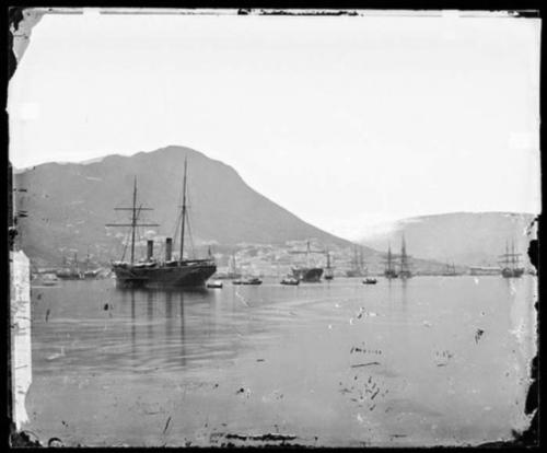 เรือ HMS Princess Charlotte เข้าเทียบท่า