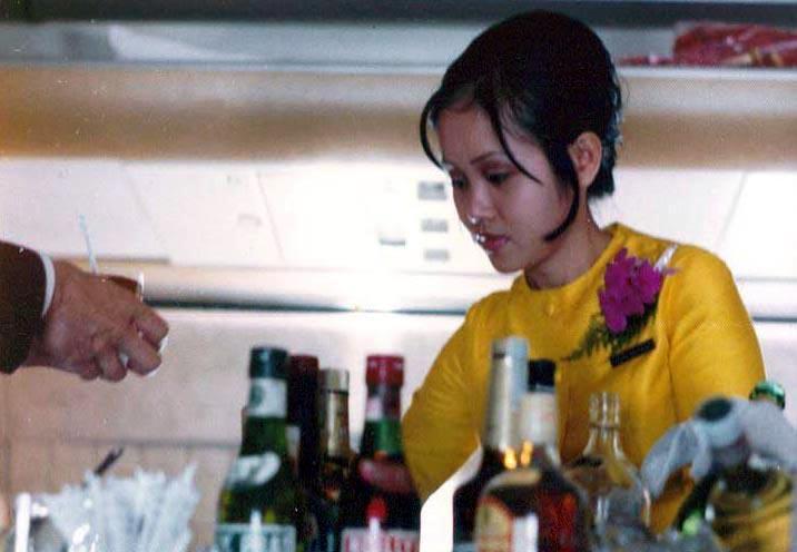 ชุดแอร์โฮสเตสในอดีตของไทย