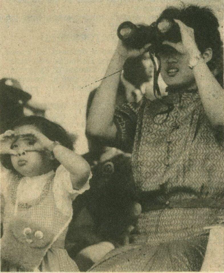 พระองค์ภาฯ ทรงทำท่าส่องกล้อง เลียนแบบสมเด็จพระเทพฯ
