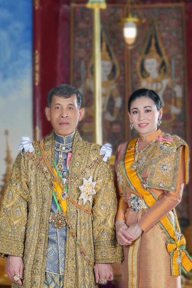 ในหลวงรัชกาลที่ 10 พระราชทานพระบรมฉายาลักษณ์ที่ฉายคู่พระราชินี