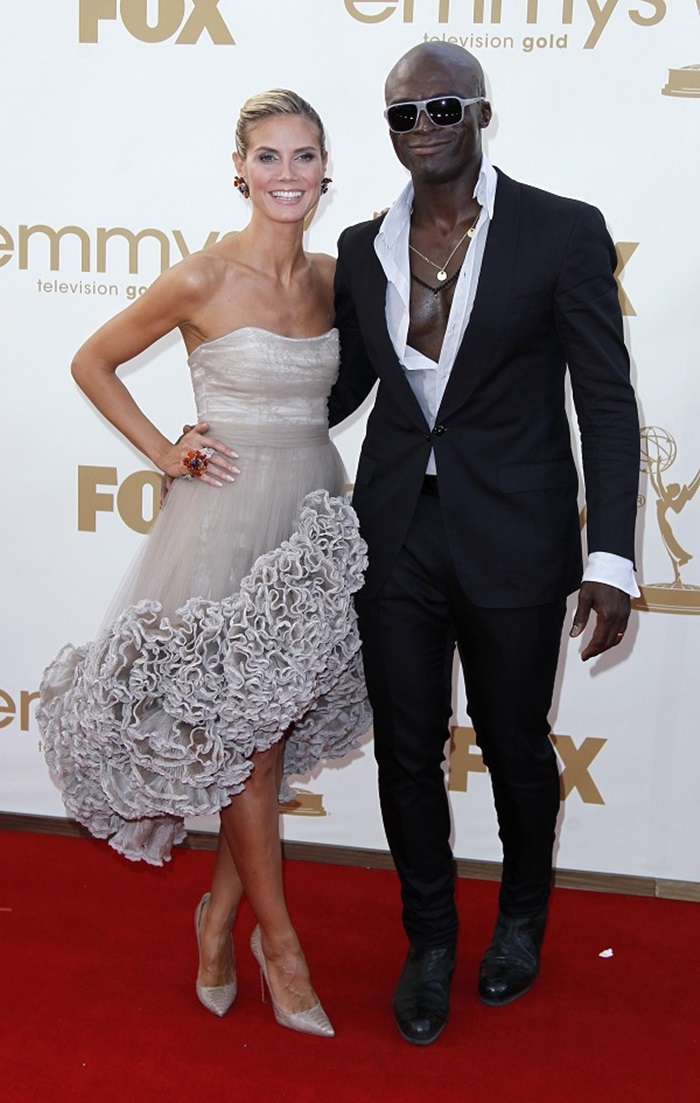 Television host Heidi Klum and her husband, singer Seal, arrive at the 63rd Primetime Emmy Awards in Los Angeles September 18, 2011. REUTERS/Danny Moloshok (UNITED STATES - Tags: ENTERTAINMENT) (EMMYS-ARRIVALS)