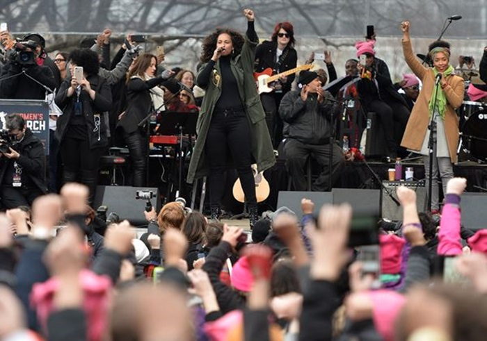 Singer Alicia Keys performs on the National Mall in Washington, DC, for the Women's March on January 21, 2017. Hundreds of thousands of protesters spearheaded by women's rights groups demonstrated across the US to send a defiant message to US President Donald Trump. / AFP PHOTO / Andrew CABALLERO-REYNOLDS