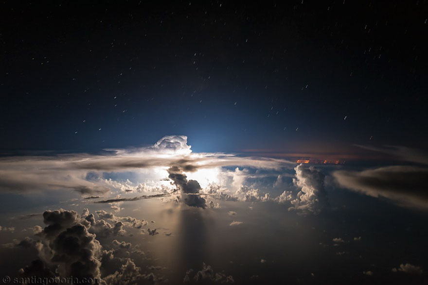 ปรากฏการณ์ธรรมชาติเหนือน่านฟ้า ที่มองเห็นได้จากห้องนักบิน