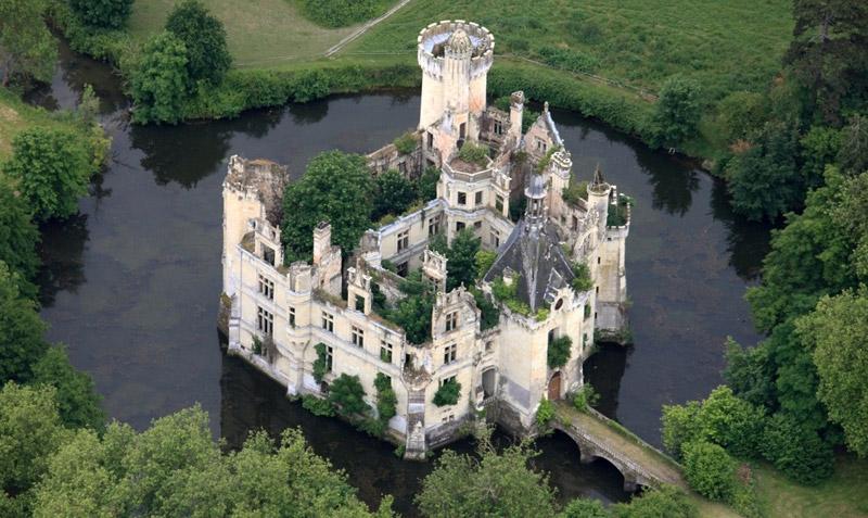 ปราสาทโบราณ La Mothe-Chandeniers Castle
