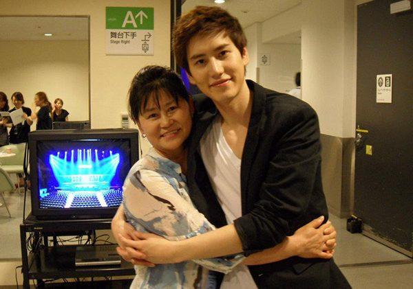 คยูฮยอน วง Super Junior และ คุณแม่