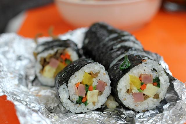 ข้าวห่อสาหร่าย ภาษาเกาหลี คือ คิมบับ