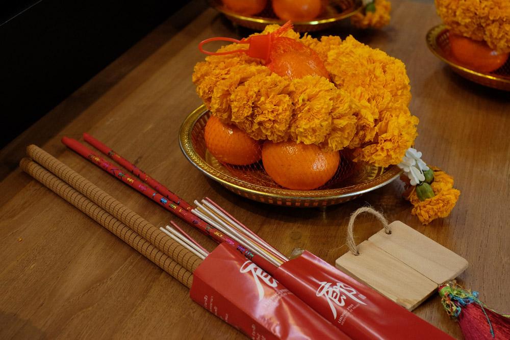 ชุดบูชาเจ้าแม่หม่าโจ้ว ธูป เทียน ดอกไม้ และผลไม้