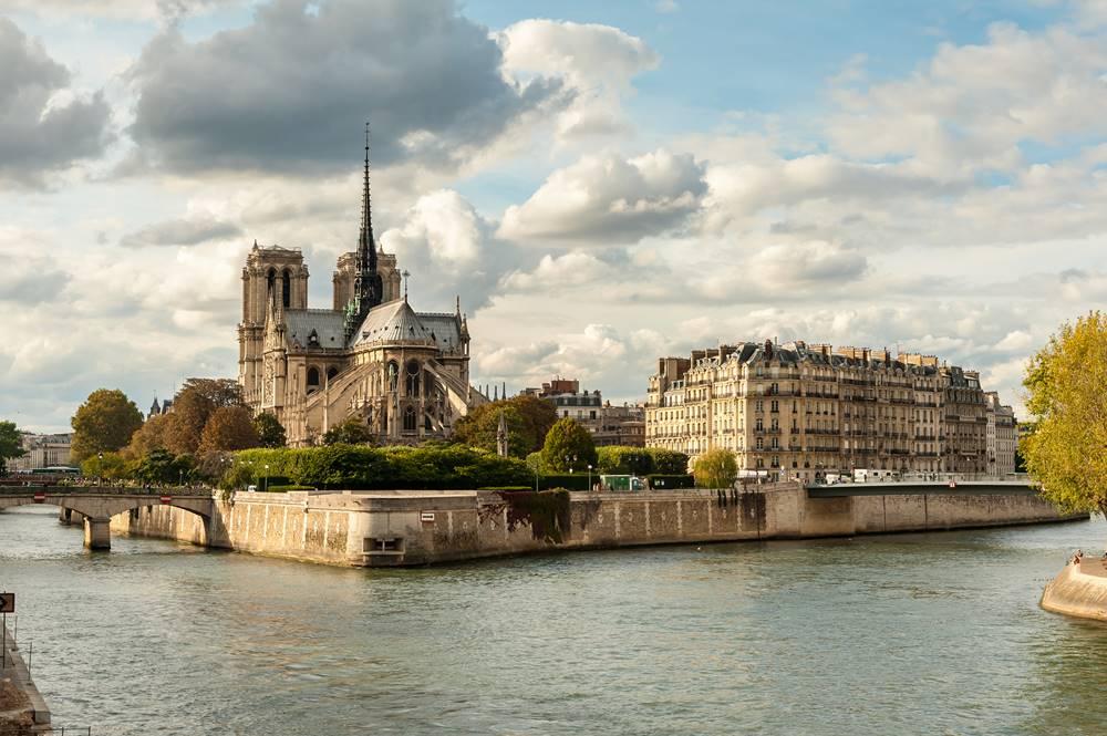 Notre Dame de Paris at sunset, France มหาวิหารน็อทร์-ดาม