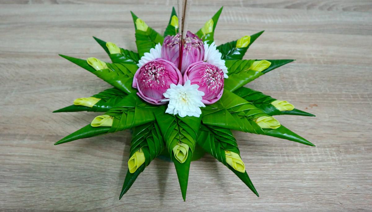 กระทงใบตอง ตกแต่งด้วยดอกบัว แซมด้วยดอกเบญจมาศไทยสีขาว