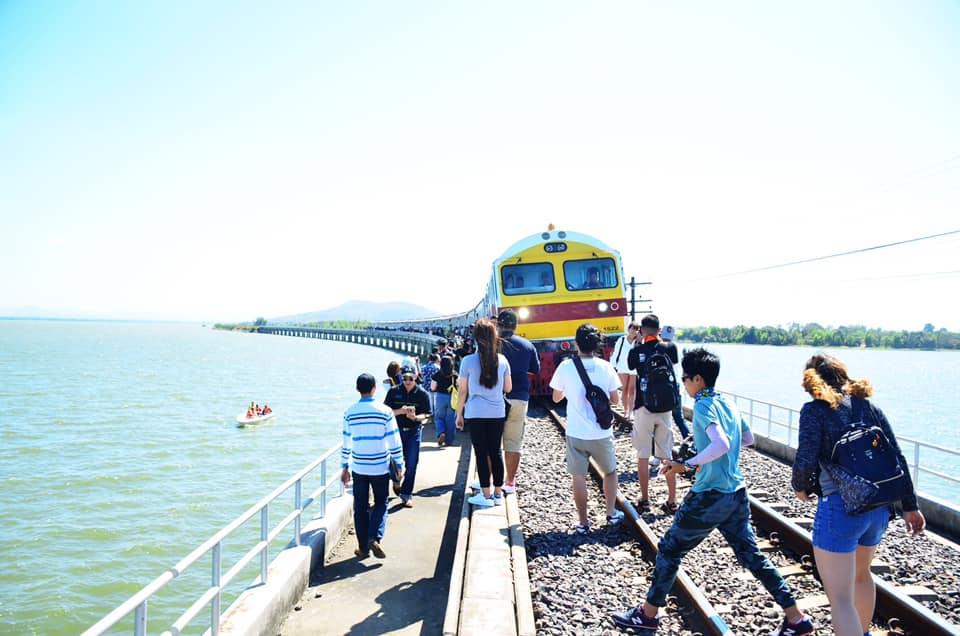 เที่ยวด้วยรถไฟขบวนพิเศษ รถไฟลอยน้ำ